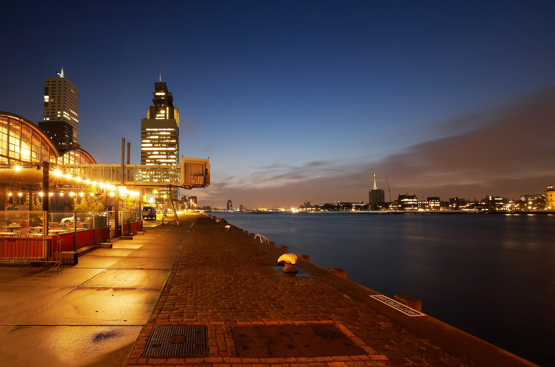 Wilhelminapier Rotterdam, Cruiseterminal, avondopname